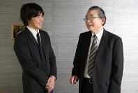 談笑する冨澤暉さん(右)と森健さん=東京都千代田区で