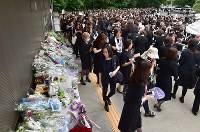 Fans gather outside Aoyama Funeral Hall in Minato Ward, Tokyo, on May 26, 2018, waiting for the coffin of Hideki Saijo to be carried out of the hall. (Mainichi)