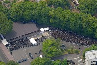 Many people are seen at the funeral for singer Hideki Saijo at Aoyama Funeral Hall in Minato Ward, Tokyo, in this photo taken from a Mainichi Shimbun helicopter on May 26, 2018. (Mainichi)