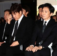 Singer Goro Noguchi, left, wipes his tears at the funeral for Hideki Saijo at Aoyama Funeral Hall in Minato Ward, Tokyo, on May 26, 2018. (Pool photo)