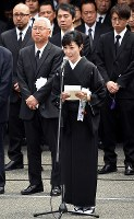 Miki Kimoto, wife of Hideki Saijo, delivers a speech before his coffin is carried out of Aoyama Funeral Hall in Minato Ward, Tokyo, on May 26, 2018. (Mainichi)
