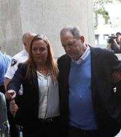 女性2人に対する性的暴行などの容疑で訴追されるワインスタイン容疑者(右)=ニューヨーク・マンハッタンの刑事裁判所で25日、ロイター