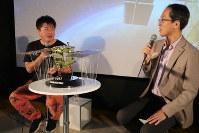 宇宙開発や宇宙探査について語り合う津田雄一・はやぶさ2プロジェクトマネジャー(右)と実業家の堀江貴文さん=東京都文京区の宇宙ミュージアム「TenQ」で2018年5月26日、永山悦子撮影