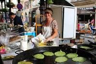 フィジャックの街では休日とあって市が立っていた。こちらはガレットを売る女性