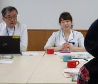 がん患者の話に聴き入る大西教授(左)と臨床心理士の石田講師=埼玉県日高市の埼玉医大国際医療センターで
