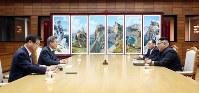 会談する韓国の文在寅大統領(左から2番目)と金正恩朝鮮労働党委員長(右端)。文氏には徐薫国家情報院長、金氏には金英哲党副委員長が同席した=「統一閣」で2018年5月26日(韓国大統領府提供)
