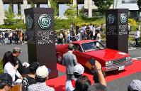 パレードに出発するクラシックカー=愛知県長久手市で2018年5月27日、大西岳彦撮影