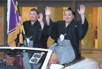 優勝パレードのオープンカーに乗って声援に応える横綱・鶴竜(右)。左は正代=東京・両国国技館で2018年5月27日午後6時42分、手塚耕一郎撮影