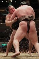白鵬を寄り切って優勝を決めた鶴竜(奧)=両国国技館で2018年5月27日、和田大典撮影