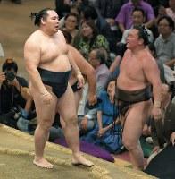 白鵬(右)を寄り切りで降し、優勝した鶴竜=東京・両国国技館で2018年5月27日、手塚耕一郎撮影