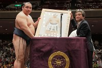優勝額を受け取る鶴竜(左)=両国国技館で2018年5月27日午後6時、和田大典撮影