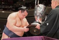 Yokozuna Kakuryu receives the Emperor's Cup on May 27, 2018, after winning the Summer Grand Sumo Tournament. (Mainichi)
