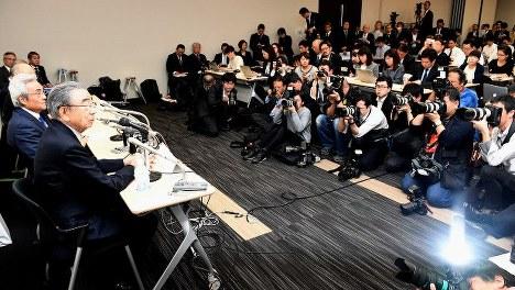記者会見で引退を表明したセブン&アイ・ホールディングスの鈴木敏文会長(左手前、肩書きは当時)=2016年4月7日撮影