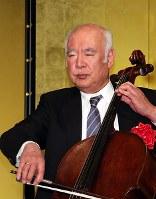 毎日芸術賞贈呈式でチェロを演奏する堤剛=松田嘉徳撮影