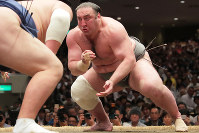 Sekiwake Tochinoshin, right, fights against No. 5 maegashira Ikioi on the final day of the Summer Grand Sumo Tournament at the Ryogoku Kokugikan sumo venue in Tokyo, on May 27, 2018. (Mainichi)