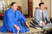 Sekiwake Tochinoshin, left, smiles at a press conference with his stable master Kasugano in Tokyo's Sumida Ward on May 28, 2018. (Mainichi)