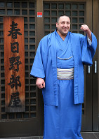 Sekiwake Tochinoshin poses for photographers in front of the Kasugano sumo stable which he belongs to in Tokyo's Sumida Ward on May 28, 2018. (Mainichi)