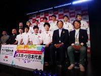 アジア大会出場を懸けた東アジア予選に出場するeスポーツ日本代表メンバーと関係者ら=東京・池袋で2018年5月27日、兵頭和行撮影