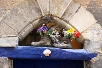 長旅でお役ご免となった古い靴が、道中で花を入れて飾られていることも
