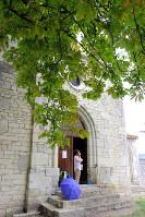 急に雨脚が強くなってきたので、村はずれの小さな無人教会で雨宿り