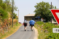 ポップアップ式のテントを担いで巡礼を続ける若者