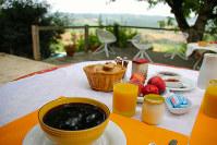 コーヒー、オレンジジュース、パンとフルーツが並ぶ朝食