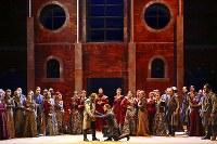 「ロンバルディア人」第1幕、兄弟の和解(前列右がパガーノ役のエスポージト) Ramella&Giannese/Teatro Regio Torino