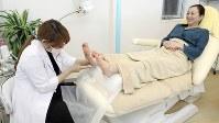 フットケア専門のサロンで手入れをする女性も増えている