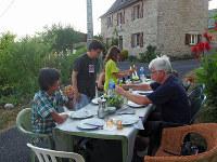 小さな村では、宿の外にテーブルを出して夕食をとることも珍しくない