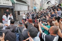 The media and fans gather in front of Kasugano sumo stable after Tochinoshin was promoted to sumo's second-highest rank of ozeki in Tokyo's Sumida Ward on May 30, 2018. (Mainichi)
