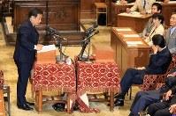 党首討論で質問する立憲民主党の枝野幸男代表(左)とそれを聞く安倍晋三首相=国会内で2018年5月30日午後3時13分、梅村直承撮影