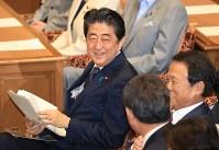 党首討論を前に笑顔を見せる安倍晋三首相(左)=国会内で2018年5月30日午後2時57分、梅村直承撮影