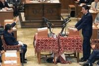 党首討論で発言する安倍晋三首相(右)と挙手する立憲民主党の枝野幸男代表=国会内で2018年5月30日午後3時20分、梅村直承撮影