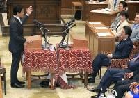 党首討論で国民民主党の玉木雄一郎共同代表(左)の質問を聞く安倍晋三首相=国会内で2018年5月30日午後3時31分、梅村直承撮影