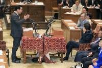 党首討論で共産党の志位和夫委員長(左)の質問を聞く安倍晋三首相=国会内で2018年5月30日午後3時40分、梅村直承撮影