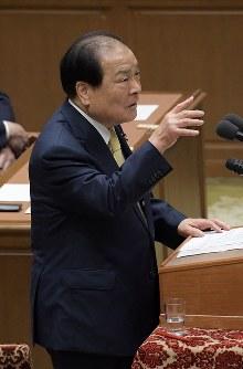 党首討論で安倍晋三首相に質問する日本維新の会の片山虎之助共同代表=国会内で2018年5月30日午後3時44分、川田雅浩撮影