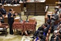 党首討論で安倍晋三首相(中央右)に質問する日本維新の会の片山虎之助共同代表(左)=国会内で2018年5月30日午後3時46分、川田雅浩撮影