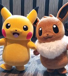 発表会にあらわれたピカチュウ(左)とイーブイ=2018年5月30日、村田由紀子撮影