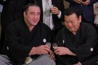 大関に昇進し、春日野親方(右)と乾杯する栃ノ心(左)=東京都墨田区の春日野部屋で2018年5月30日午前9時34分、和田大典撮影
