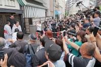大関に昇進した栃ノ心(左)の伝達式に集まった報道陣やファン=東京都墨田区の春日野部屋で2018年5月30日午前10時5分、和田大典撮影
