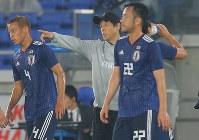【日本―ガーナ】前半、選手たちに指示を出す西野朗監督(中央)=横浜・日産スタジアムで2018年5月30日、宮武祐希撮影