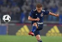 【日本―ガーナ】前半、FKからゴールを狙う本田=横浜・日産スタジアムで2018年5月30日、宮間俊樹撮影