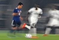 【日本―ガーナ】後半、ドリブルで攻める香川(左)=横浜・日産スタジアムで2018年5月30日、宮間俊樹撮影