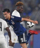 【日本―ガーナ】後半、ボールを受けるも上手く納まらず相手に奪われる岡崎(左)=横浜・日産スタジアムで2018年5月30日、宮間俊樹撮影