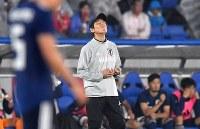 【日本―ガーナ】自身の初陣を白星で飾れず天を仰ぐ西野朗監督(中央)=横浜・日産スタジアムで2018年5月30日、宮間俊樹撮影