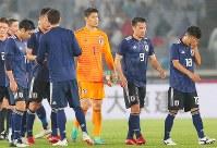 【日本―ガーナ】ガーナに敗れ肩を落とす日本の選手たち=横浜・日産スタジアムで2018年5月30日、長谷川直亮撮影
