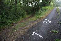 合法なのかは定かでないが路面に直接大書きされた指導標。わかりやすくはある
