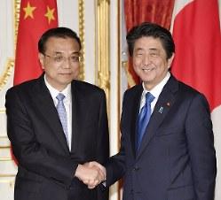 共同記者発表後、握手する安倍晋三首相(右)と中国の李克強首相=2018年5月9日、代表撮影