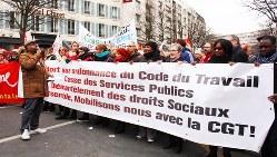 「労働法改正反対」の横断幕を持ってデモ行進をする「フランス労働総同盟」の人たち=2018年3月22日、筆者撮影
