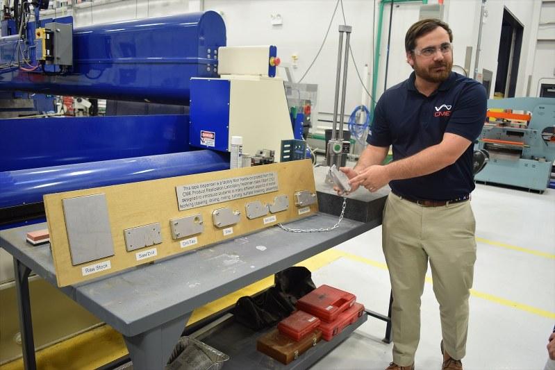 ミシシッピ大製造業センターのタイラー・ビッグスさん。学生たちは金属加工など製造業の基礎を学んでいる=米南部ミシシッピ州オックスフォードで2018年5月、清水憲司撮影